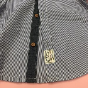 نمای نزدیک پیراهن آستین کوتاه پسرانه سورمه ای